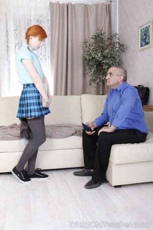 Старый седой пенсионер ебет в задницу рыжую студентку