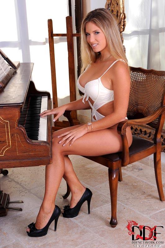 Эротичная блондинка из Европы засадила в анал прозрачную игрушку