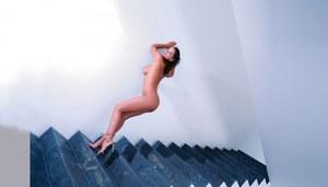 Друзья трахают проститутку в жопу во дворе у бассейна