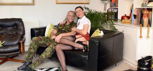 Возбужденный солдат грубо трахает в попку сочную мамочку