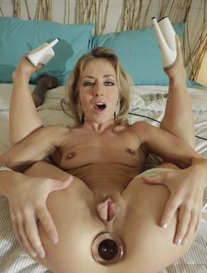 Возбужденная сочная мамочка растягивает анус вибратором и рукой