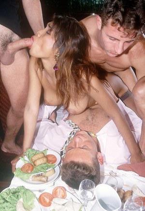 Мужики бодро выебали в жопу красивую азиатку и облили лицо спермой